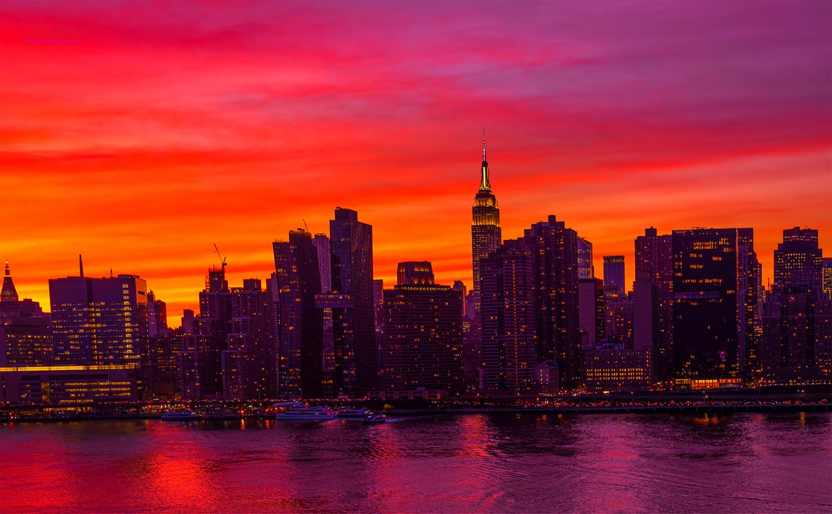 Spectacular skies afire during tonight's #NYC sunset. <br>http://pic.twitter.com/O047pR7EGV