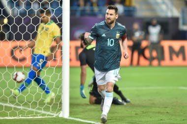 """""""Te puede gustar o no, pero este equipo sabe a qué juega"""", sostiene Fernández Moores sobre la Selección de Scaloni, en charla con @alejwall y @Andres_Burgo.   #EraPorAbajo en @Laoncediez."""