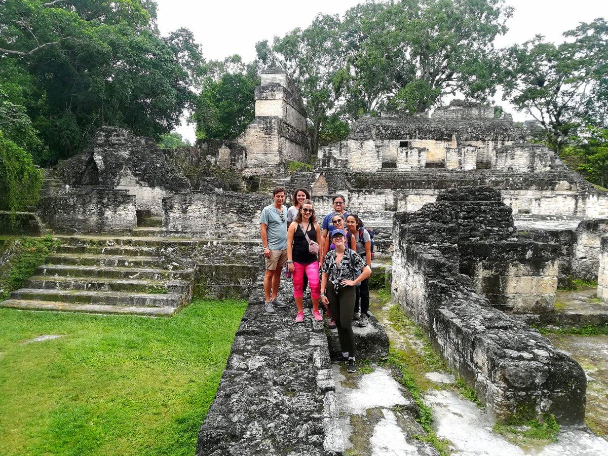 Entre ruinas e historia, #tikal te va a sorprender. Hoy compartimos con visitantes de distintas nacionalidades. #visitguatemala #Travel #Experiences #thingstodoinguatemala #visitcentroamerica @grayline #sightseeingeverywhere