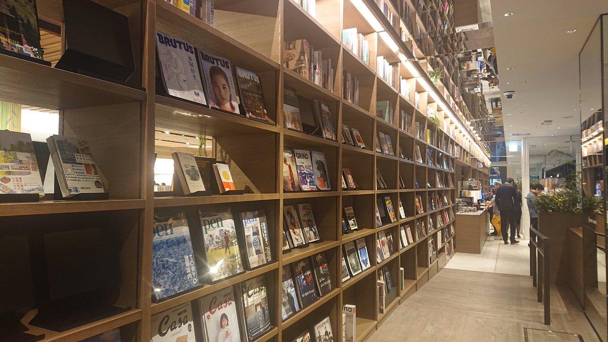 昨日行った渋谷スクランブルスクエアのTSUTAYAシェアラウンジがとてもよかった♥️1155円(アプリ利用90分)で渋谷の夜景を見ながらソファーでゆっくりお話できてドリンクとナッツやスナックも食べ放題。コーヒーメーカーだけで3~4種類あった。雑誌も読み放題!