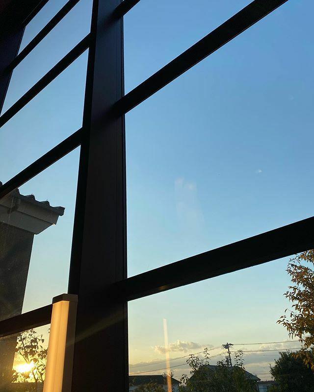 今日は #ホカって から #腰の治療 に行きます ギリギリ #喜多の湯 の #窓 からの #夕陽  #夕日 #夕空 #sunset #太陽 #sun #イマソラ #いまそら #ノンフィルター #ノーフィルター #青空 #あおぞら #bluesky #空 #そら #sky