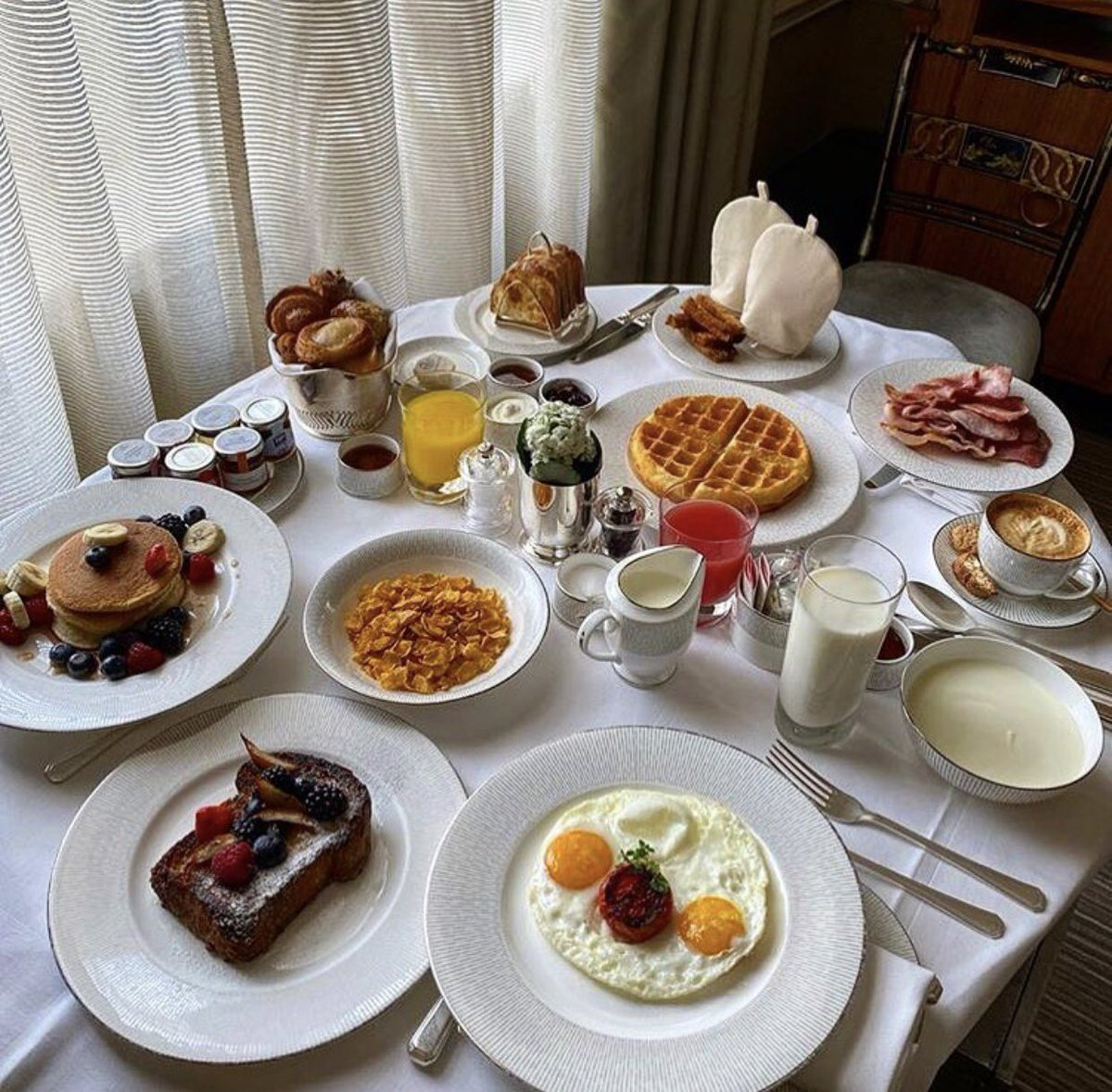 Weekend calls for room service 🍳 #alittlebitofeverything #riseandshine #happyweekend #theconnaught thank you @margimanu https://t.co/YSb4L9OydW