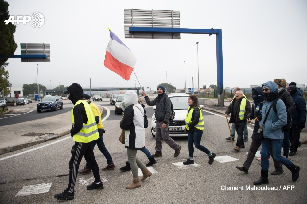 "France's ""yellow vest"" protesters began a series of nationwide demonstrations on Saturday in a bid to show the government they can still muster support on the first anniversary of their movement  http:// u.afp.com/JVAS      #YellowVests #GiletsJaune   @ClementMahoud, @philippe_lopez<br>http://pic.twitter.com/9ZIkS770Zm"