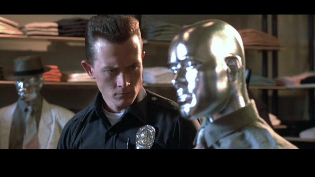 『ターミネーター2』隠された伏線。T-1000が一瞬このマネキンを見つめるのは、自分の本当の姿とそっくりだったからちょいと驚いたんです。
