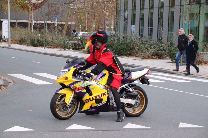 Motorpiet en sinterklaas te paard aan de Verdilaan in Naaldwijk https://t.co/5dxmzU4WZj