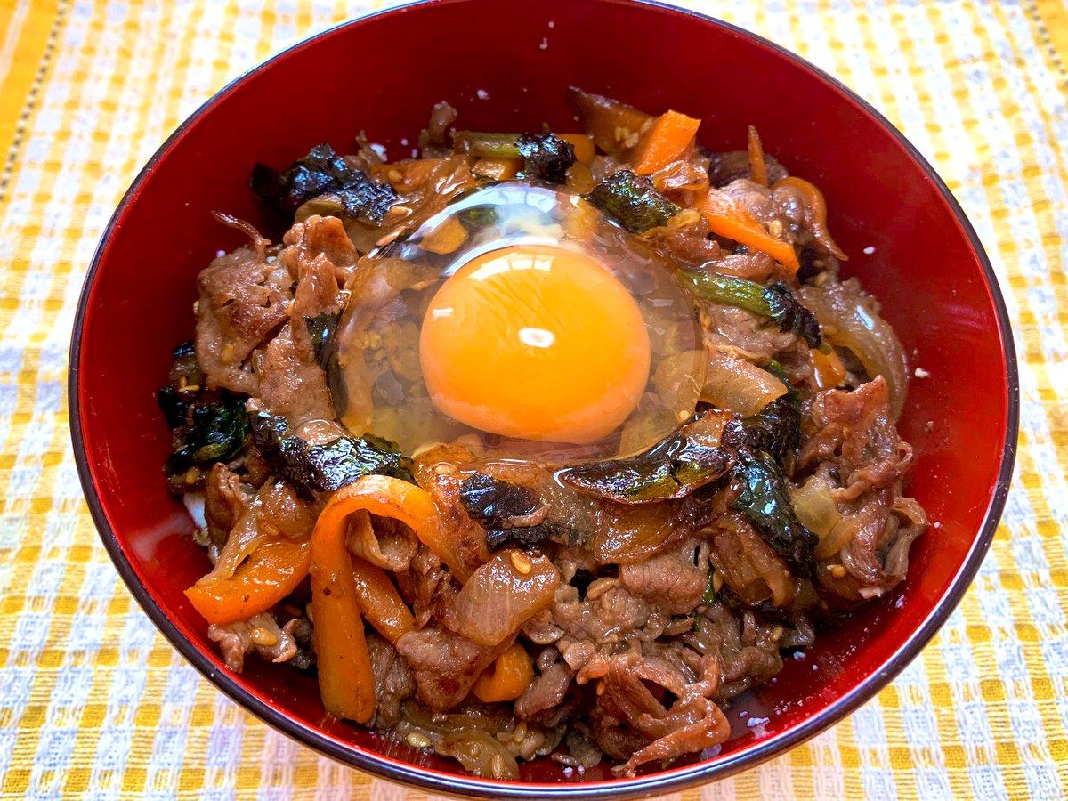 今日のお昼は焼肉丼♫かなりのがっつり系かと思いきや、ご飯の半分に絹豆腐を混ぜたからちょいヘルシーw野菜は玉ねぎ、にんじん、ほうれん草いり。ごま油の風味が効いて、なんとも美味(੭ु ›ω‹ )੭ु⁾⁾♡❀罪悪感減らしつつ、しっかり食べよ!#ダイエット#ダイエット垢さんと繋がりたい