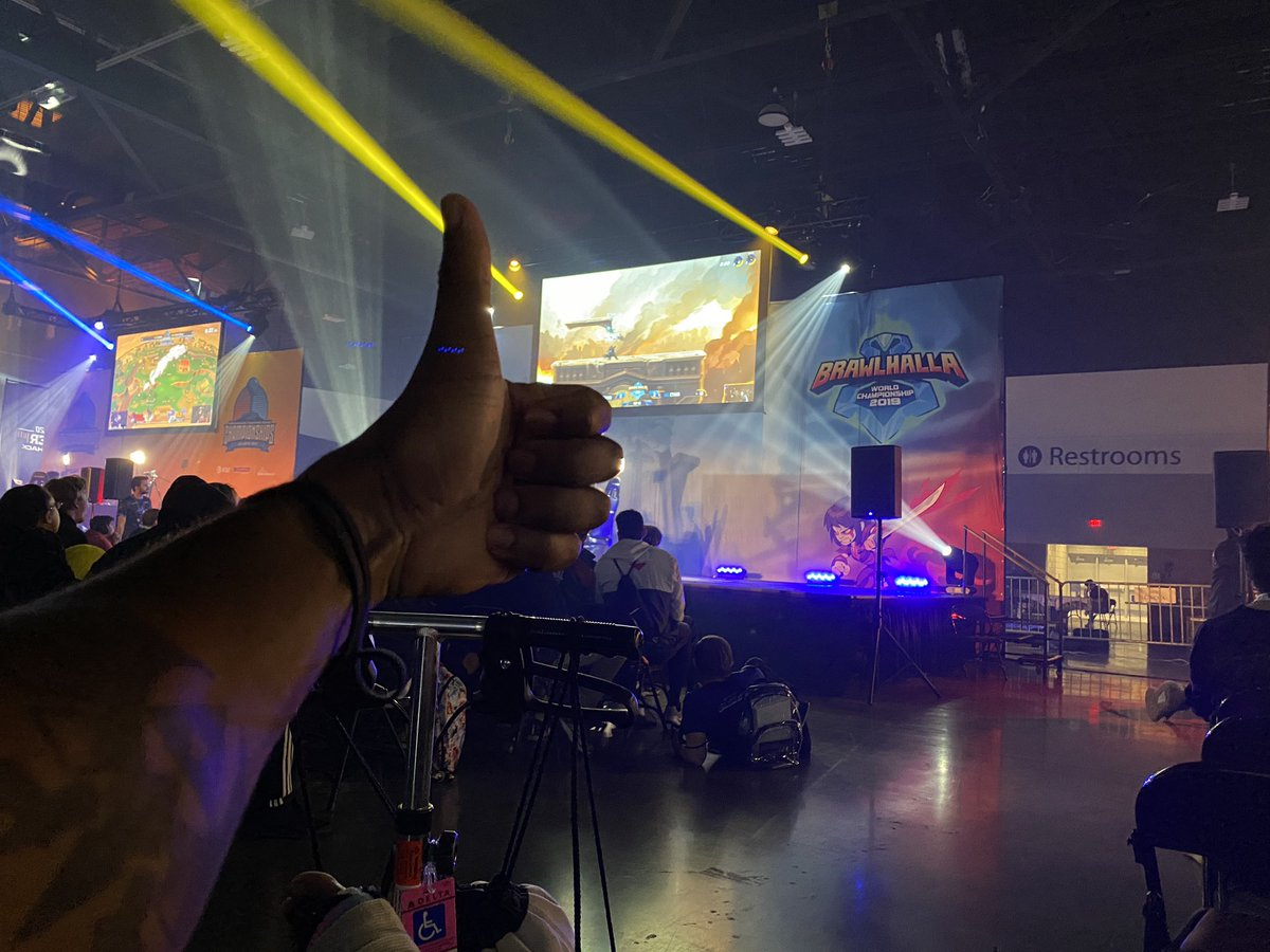 THERE ARE SO MANY PEOPLE HERE AND I LOVE IT #Dreamhack #Brawlhalla