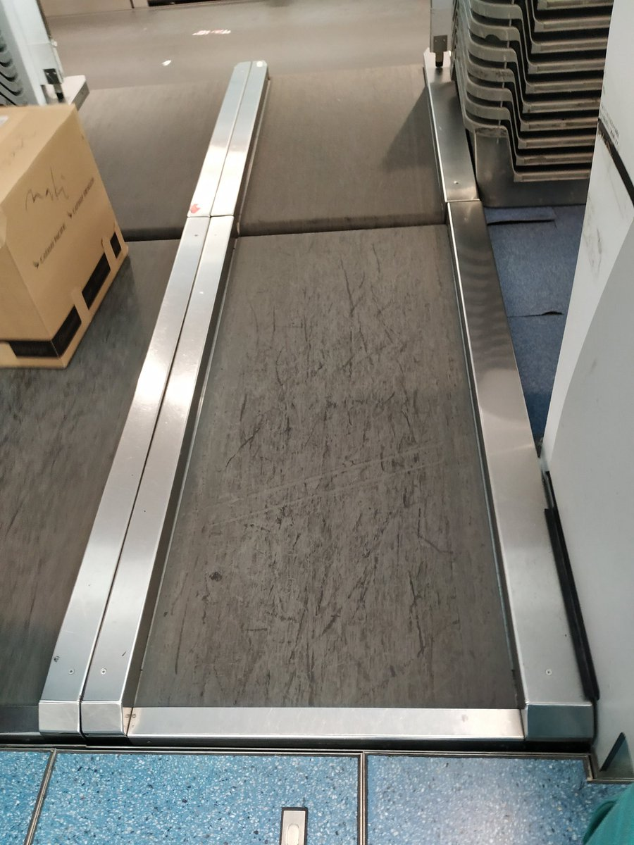 Why can't all airport check-in counter have a flat conveyor belt like in Japan?<br>http://pic.twitter.com/JziBi86nse