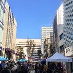 Image for the Tweet beginning: #リドレ横須賀 前 #千日通り商店街 #サンデーストリート は本日18時まで!  良い音楽に、おいしい屋台、 かわいい雑貨に腕相撲大会… たのしい!が全部揃ってます! 福引ガンガン🔔鐘なってます!