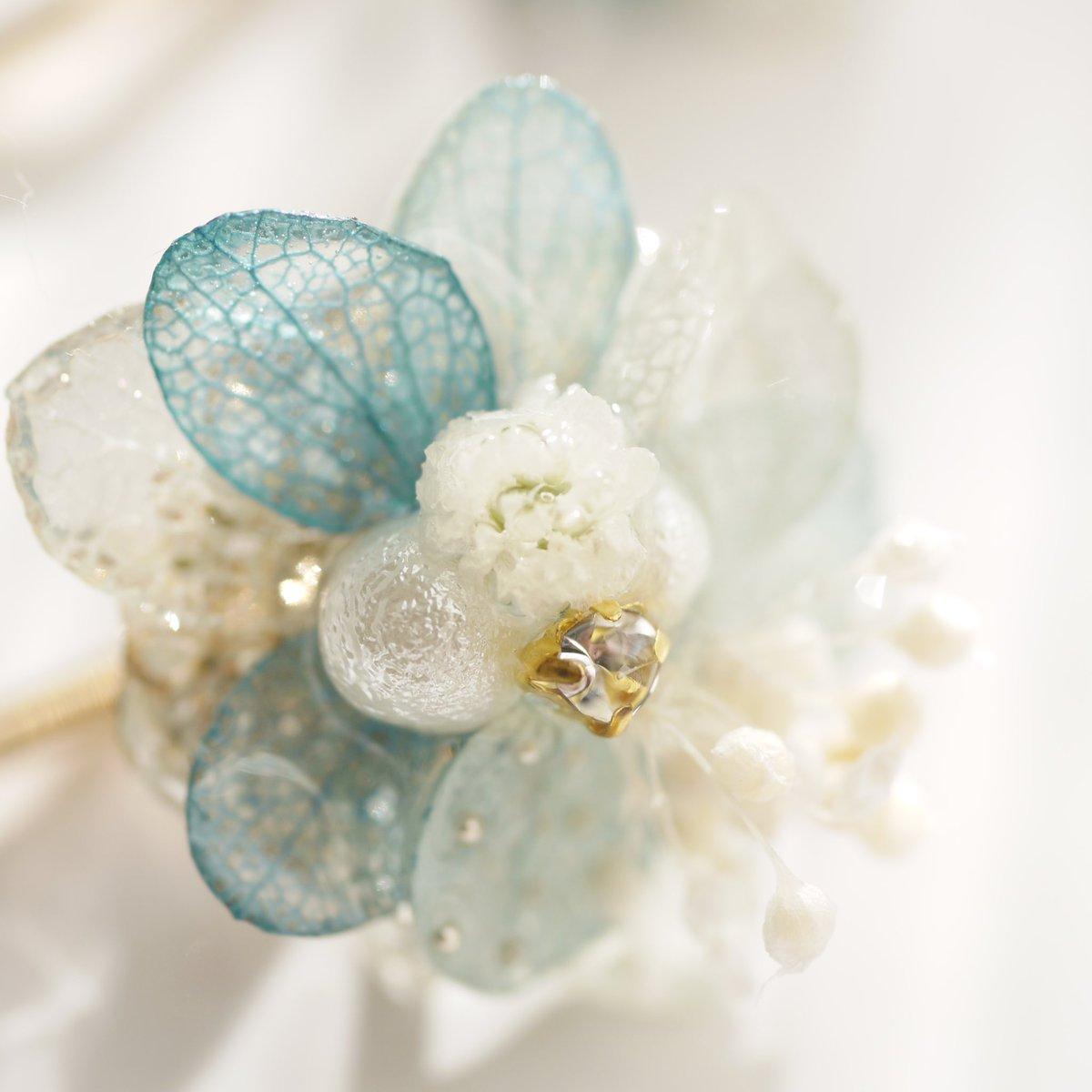 アナ雪❄️イメージバレッタの反応が良かったので、同じカラーのヘアカフを作りました☃️やっぱり花びら綺麗❁.*・゚
