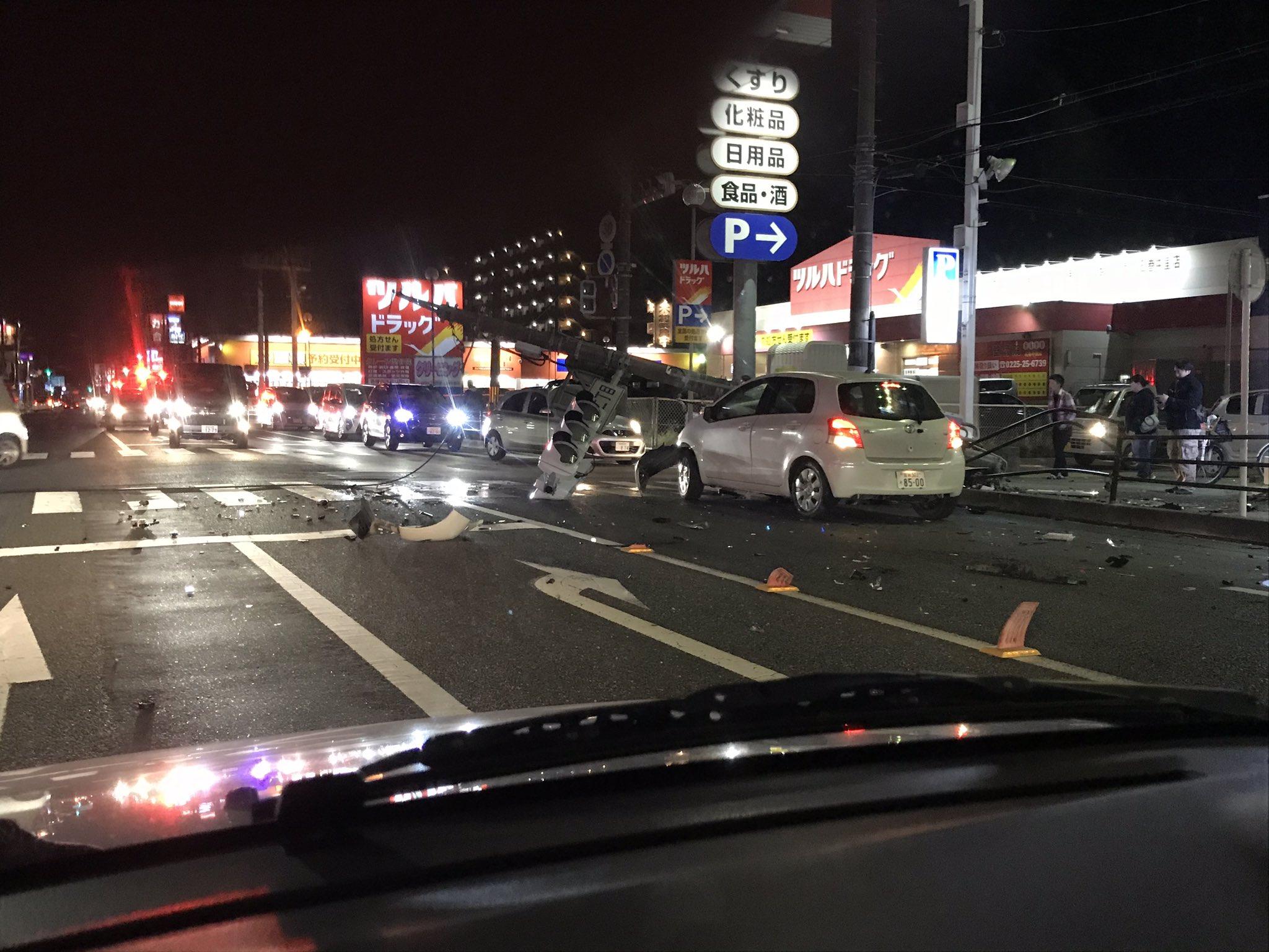 石巻市中里の交差点で乗用車が信号機に突っ込んでいる事故現場の画像