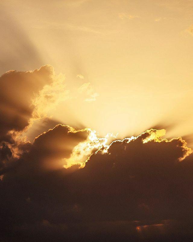 Fire skies 🔥 🔥 🔥 . . . .  #ig_ikeda #wonderlust #fotoencantada #visual_heaven #master_shots #ig_europe  #frame_killers #olharescom #postcardsfromtheworld #p3top #p3 #divinafotografia #ig_sharepoint #procaptures #wu_europe #mundo_fotografico #best_pho…