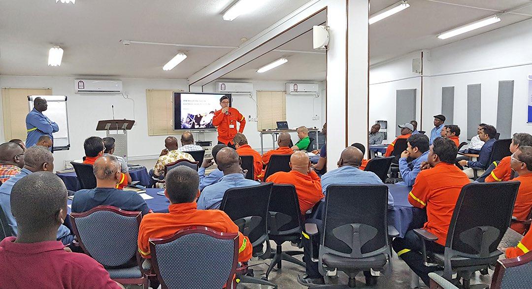 شارك 48 موظفًا من مصنع الإختزال في شركة ألومنيوم قطر في ورشة العمل حول الصحة والسلامة والبيئة لتعزيز مراعاة معايير الصحة والسلامة والبيئة في قطر، وضمان تطبيق معايير السلامة الكهربائية في مصانع خط الإنتاج، وتأمين سلامة المعداتالمتحركة وسلامة المشاة. #Qatar #qatalum #QNV2030
