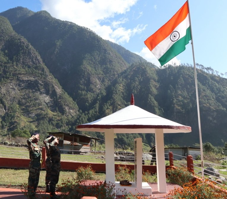 #BraveHeartsTo commemorate the supreme sacrifice made by our valiant soldiers while defending Walong in 1962, 57TH Walong Day was celebrated by troops of #IndianArmy & Civil Populace at Walong on 16 Nov. @adgpi @SpokespersonMoD