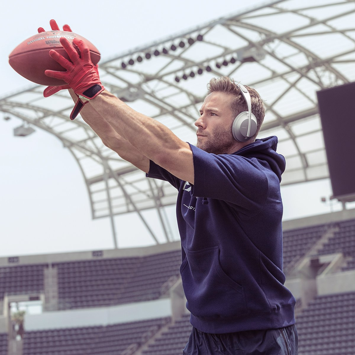 There was no game lastweek but there are no days off for @edelman11. #NEvsPHI#BoseHeadphones#NFL100 bose.life/2lYiFRx