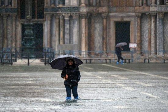 استمرار الفيضانات فى #البندقية.. السلطات الإيطالية تعلن حالة التأهب القصوى.. رئيس البلدية: مليار يورو خسائر وتضرر 80 كنيسةhttp://www.youm7.com/4506629