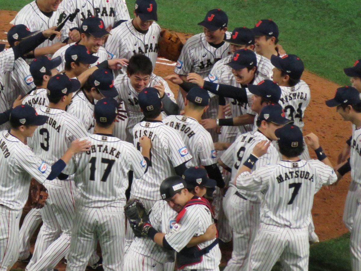 秋山にみんなが集まる中、ヤスアキと會澤がお互いの労を労ってハグしている。侍野球が頂点を極めたからこそ訪れた瞬間。#侍ジャパン