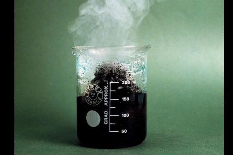¿Cual es el ácido más fuerte que conocemos? ¡El ácido fluoroantimónico es infinitamente más fuerte que el ácido sulfúrico, disuelve el cristal con facilidad y explota con el agua! Se guarda en contenedores con revestimiento de teflón...