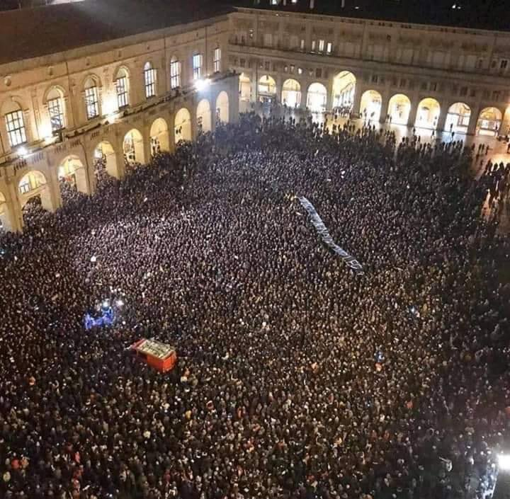 In Bologna, historical Italian leftist stronghold, more than 10000 people participate a grassroot flash mob to oppose the rise of far-right wing populism #BolognanonsiLega <br>http://pic.twitter.com/VqBS1lr5KA