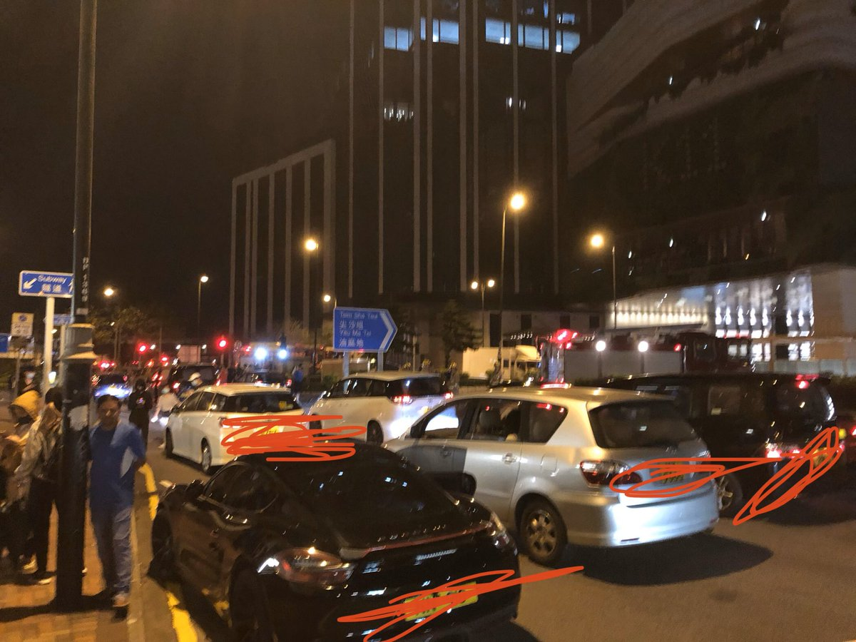 huge jam of cars waiting to pick up protesters.... <br>http://pic.twitter.com/4j1FsQ50kH