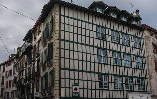Baionako etxeak (II), #2019. #Baiona #euskalherria #aquitaine #colorful #windows #red #green #yellow #blue #sky #sony #sonyalpha #pic #picture #photo #photography #foto #fotografia #imagen #lightroom  #travel #visit #trip #beautiful #instagood #instagra… https://ift.tt/2QynVIC