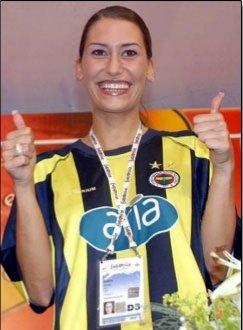 Biliyor muydun ? | Belçika temsilcisi Xandee, düzenlenen basın toplantısına Süper Lig'de şampiyonluğu garantileyen Fenerbahçe futbol takımının formasını giyerek gelmiş ve En büyük Fenerbahçe demiştir. (2004)