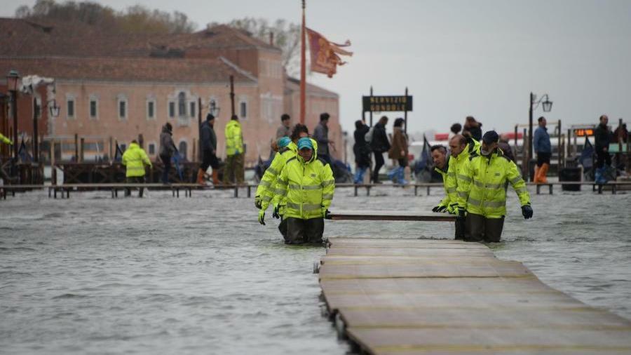 Venezia, la marea scende dopo l'onda del mattino...