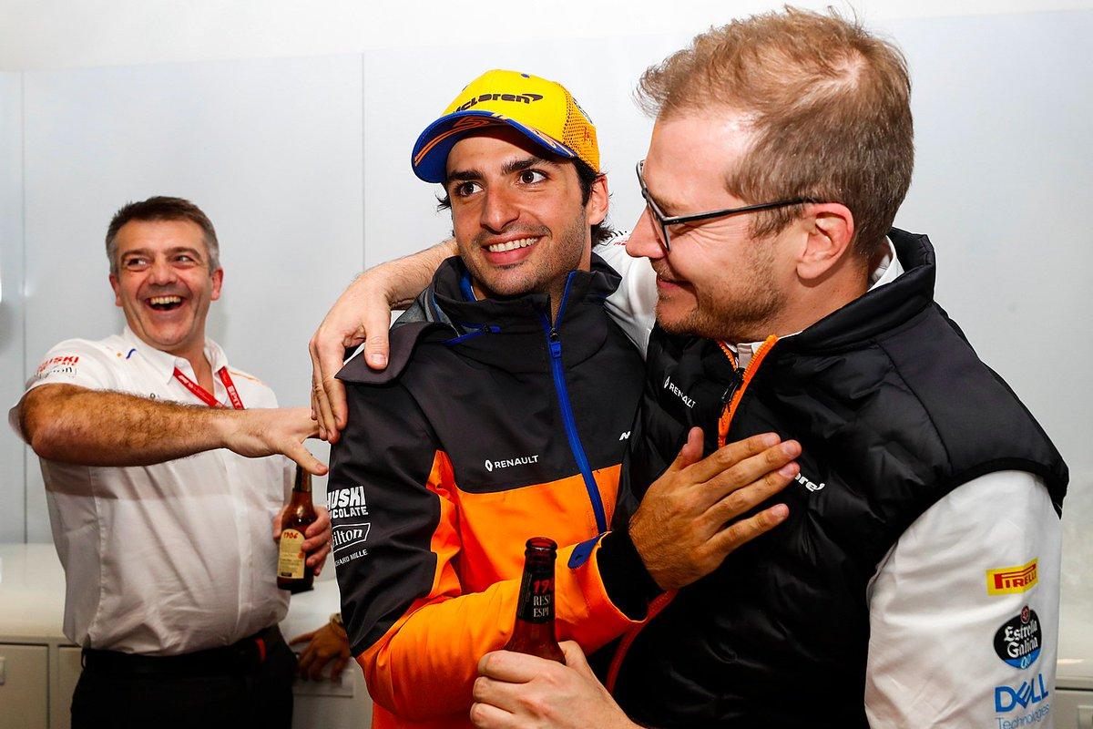 PODIO! Un poco extraño no subir al cajón tras la carrera, pero increíblemente contento. La carrera de hoy ha sido simplemente fantástica. La estrategia a una parada era difícil, pero ha merecido la pena. Felicidades a todo el equipo! #carlossainz #BrazilGP @McLarenF1 @EG00 https://t.co/3u2d1iF0fb
