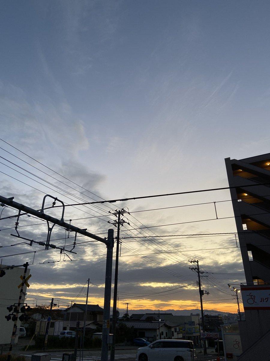 おはようございます😃 夜は雨らしいですね☂️ 機種変更後の初写真です。 #イマソラ #ノーフィルター #朝焼け #定点観測