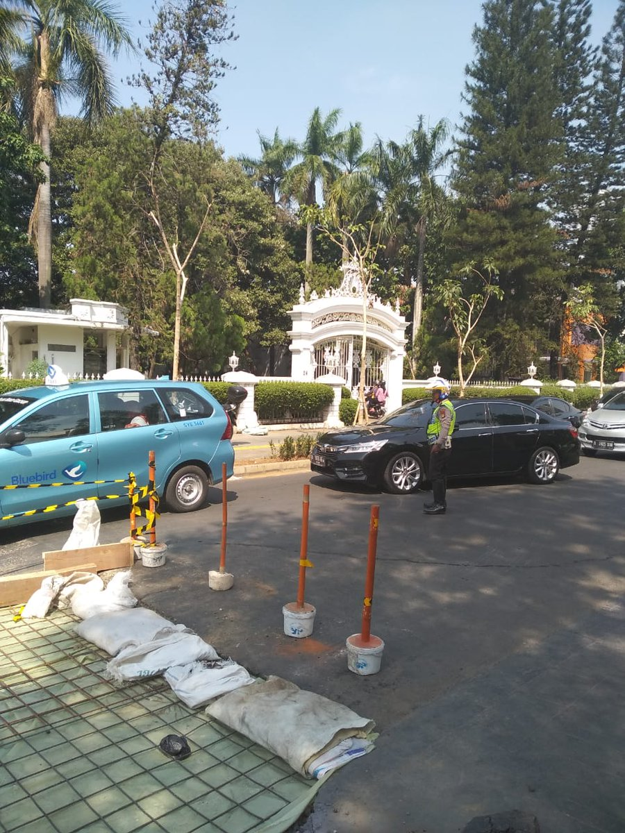 10.07 #Polri melakukan pengaturan di Jl. Cikini Raya Menteng Jakpus mengarah Stasiun Cikini , situasi lalu lintas terpantau padat merayap imbas adanya proyek pengecoran jalan dari 3 lajur menjadi 1 lajur. @TMCPoldaMetro