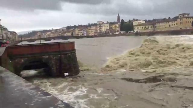 Maltempo in Toscana, l'Arno in piena minaccia Fire...
