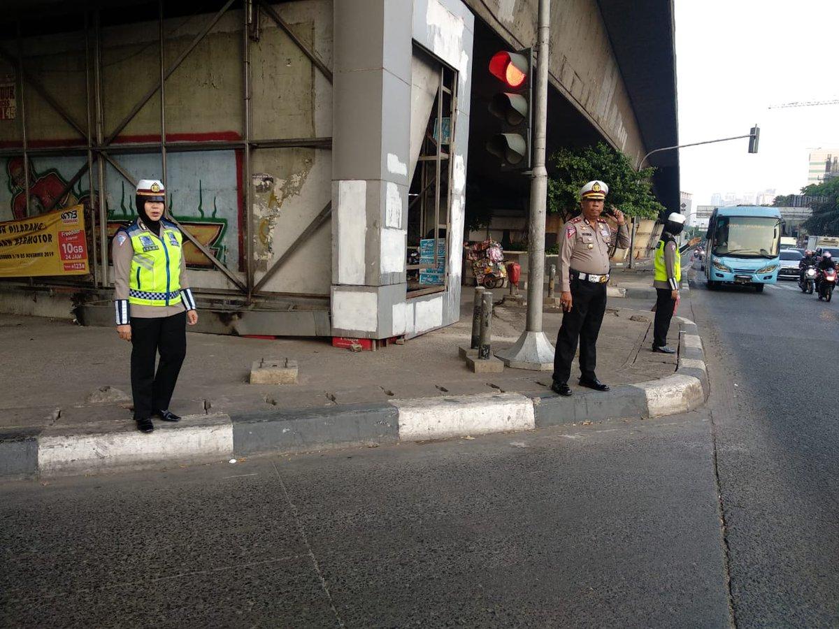 06.07 #Polri Sat Lantas Jakbar pengaturan di Tl. Slipi Jakbar terpantau ramai lancar
