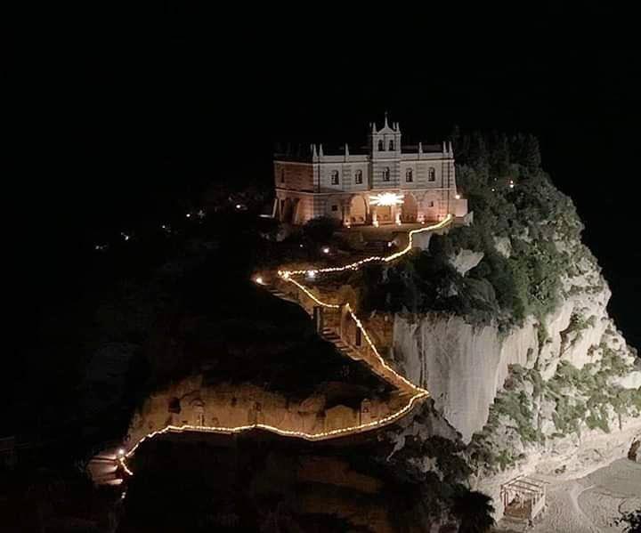 Buonanotte con l'apertura del villaggio di #Natale 🎅 a #Tropea (V.V) con le sue #luminarie e un ricco programma per grandi e piccini. #CostaDegliDei #Calabria #SudItalia #leiene #AspettandoIlNatale #NataleInCalabria #travelphotography #TravelBloggers #ChristmasTime 🎄 – at Tropea