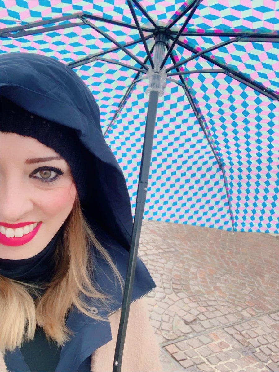 Nada es más fuerte que una mujer que se ha reconstruido a sí misma. Nada.#enproceso#love #selflove #selfie #selfcare #amor #Venecia #acquaalta #italy #travel #travelphotography #me #makeup #loveyourself #rain #gracias #volver #volveraempezar #empoderamientofemenino