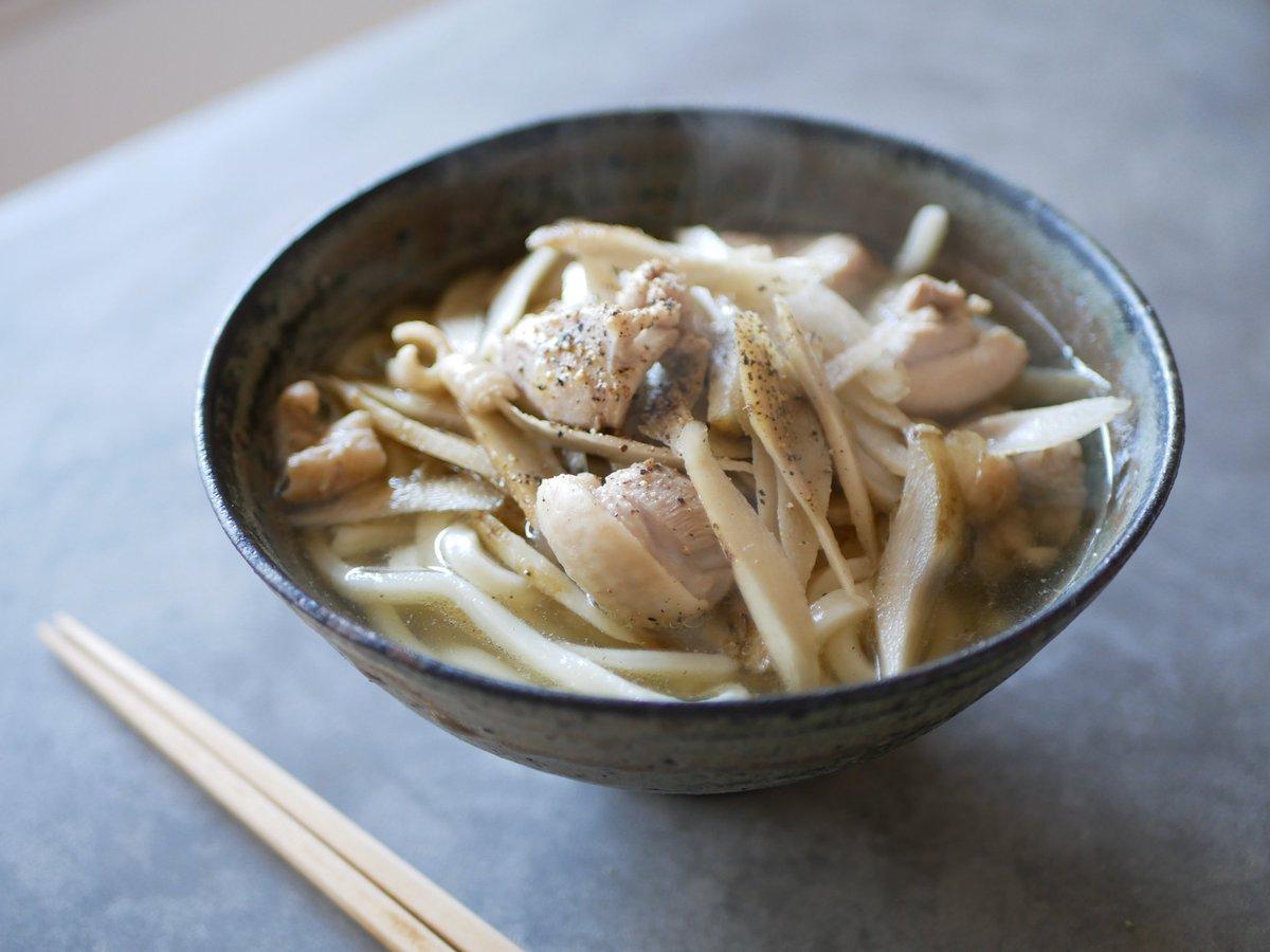 鶏ごぼうの塩スープにうどん投入!胡椒どっさり!だまされたと思って作ってみてください。ごぼう愛が芽生えます。 シンプルなのに本格派! 味わい豊かな鶏ごぼうどん 有賀薫 @kaorun6  スープ・レッスン