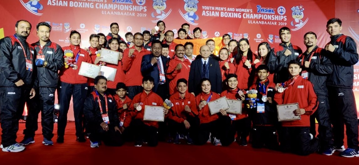 Here's a picture to punch up your Monday blues🥊#TeamIndia Youth #Boxing team put on a towering show in #Ulaanbaatar finishing their #ASBC #AsianYouthBoxingChampionship campaign with a 1⃣2️⃣ medal haul of 5🥇2🥈5🥉Kudos champs @BFI_official 👏#WeAreTeamIndia🇮🇳#PunchMeinHaiDum