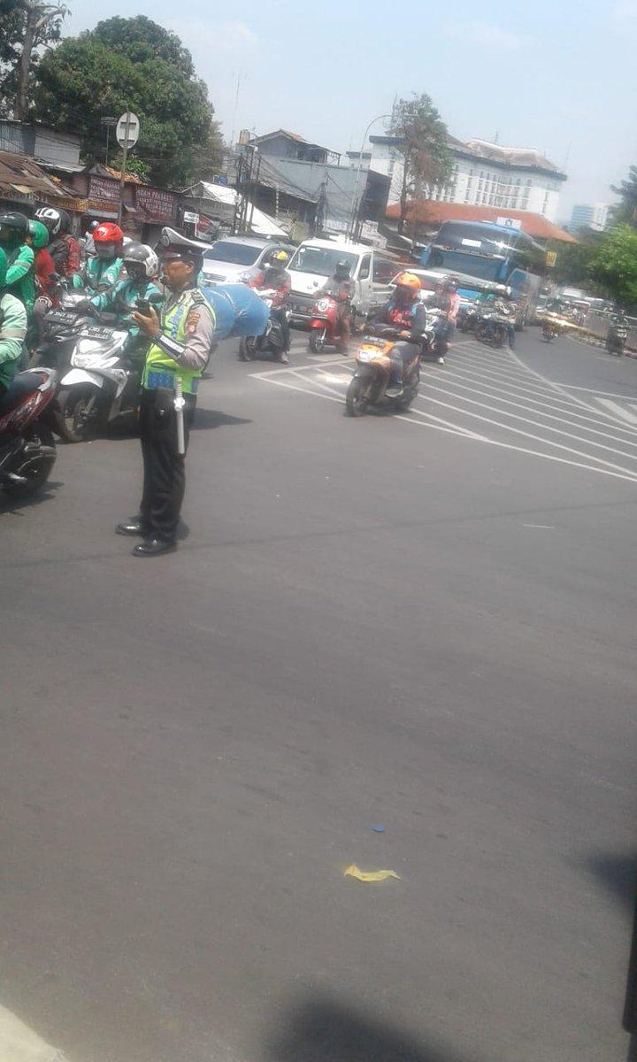 11:00 Situasi arus lalin Jl.Raya Psr. Minggu dari Pancoran ( arah Kalibata) padat merayap, petugas #polri upaya pengaturan.