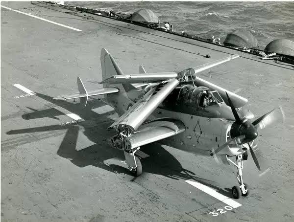 """Fairey Aviation社の艦上対潜哨戒機""""Fairey Gannet""""と、『伝説巨神イデオン』アディゴの駐機ポーズ。"""