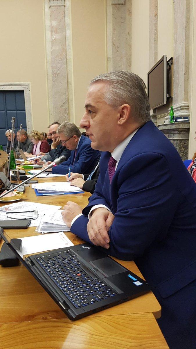 """Druhým bodem dnešního jednání #tripartita je záležitost minimální mzdy v roce 2020. V ČR pracuje v minimální mzdě aktuálně na 150 tisíc lidí! """"Za odbory bychom chtěli minimální mzdu, alespoň ve výši 15 tisíc korun,"""" říká sociálním partnerům předseda @odbory p. @JStredula."""