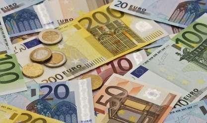 https://www.azmtayyar.org/Public/NewsAzm/366783/…#اليورو يتنفس الصعداء مع تراجع #الدولار بفعل آمال اتفاق أميركي صيني
