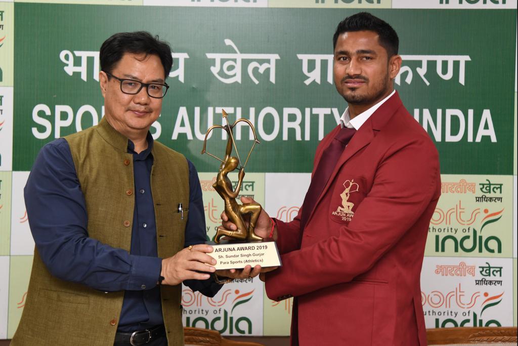 Sports Minister @KirenRijiju presented the Arjuna Award to  champion Para Athlete Sundar Singh Gurjar. Gurjar had won the world C'ship gold in men's javelin F46 in 2017 as well as winning a silver and bronze at the 2018 Asian Para Games.