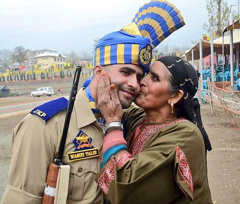Sweetest photograph of a Kashmiri mother kissing her son who is among the newly recruited jawans of the Jammu & Kashmir Police. Happiness and joy of the mother and son knows no bounds. @JmuKmrPolice remains of the best anti-terror forces in India.🇮🇳