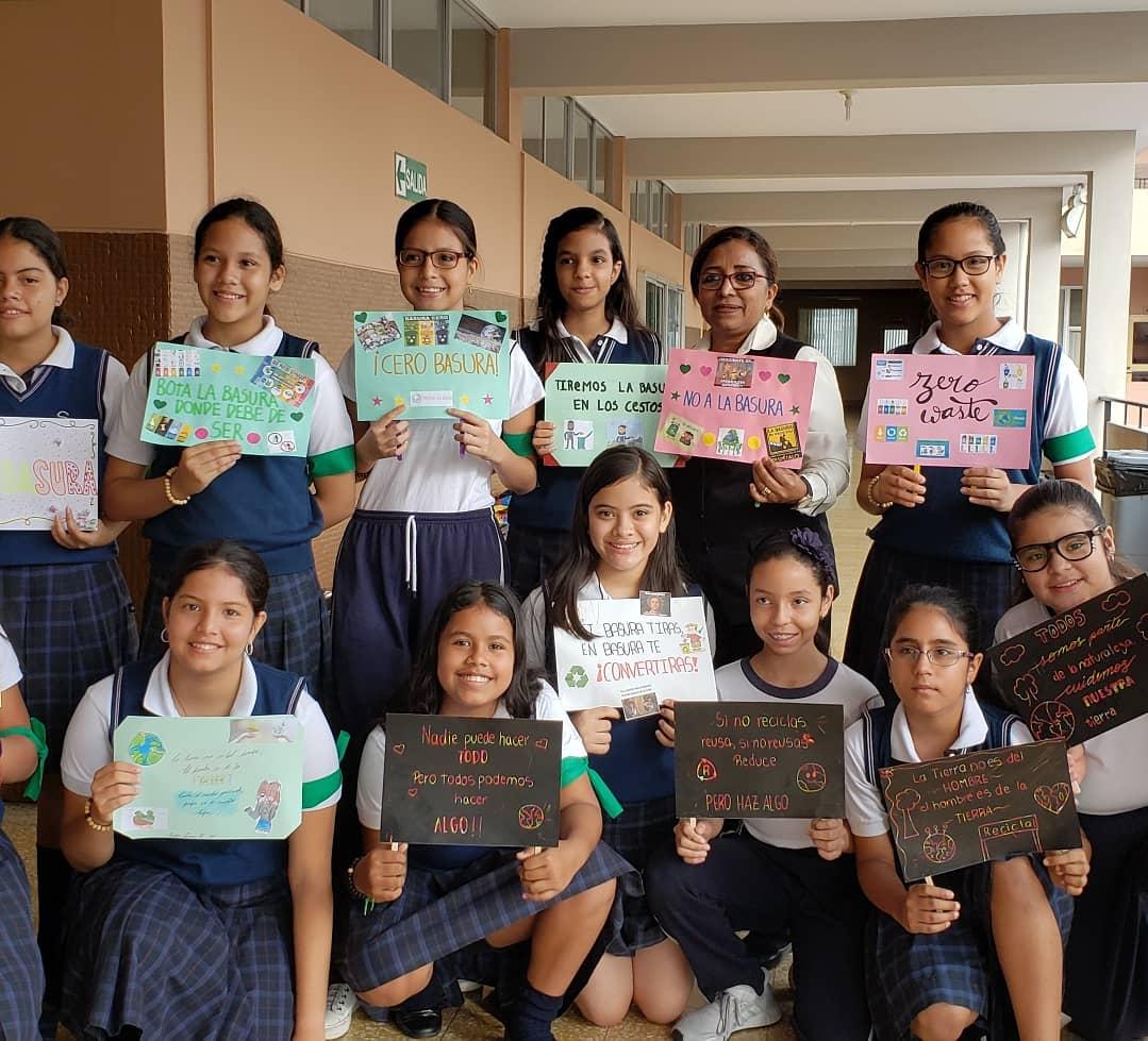 """Presentamos a nuestro Club Ecológico, abierto a estudiantes de 5°EGB a 2°BGU. El día de hoy lanzaron la campaña """"0 Basura""""  Gracias al Área de Ciencias Naturales por esta iniciativa. #SomosDomicas  #Reciclaje #0BASURA #ClubEcológico #Educación #EducaciónBásica #Bachillerato"""