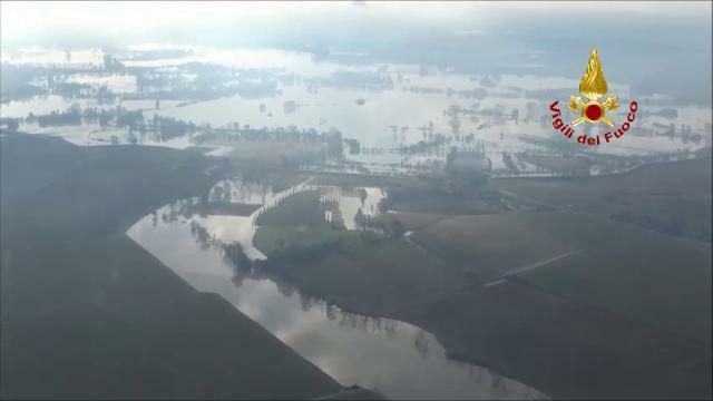Il Veneto allagato visto dall'elicottero dei Vigil...