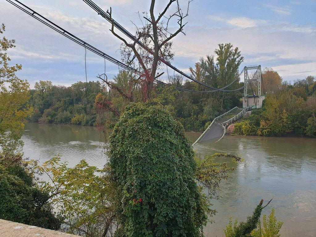 Two dead after bridge collapses into river in France  https:// reut.rs/2qpjMMG    <br>http://pic.twitter.com/yHHCiVVnSE