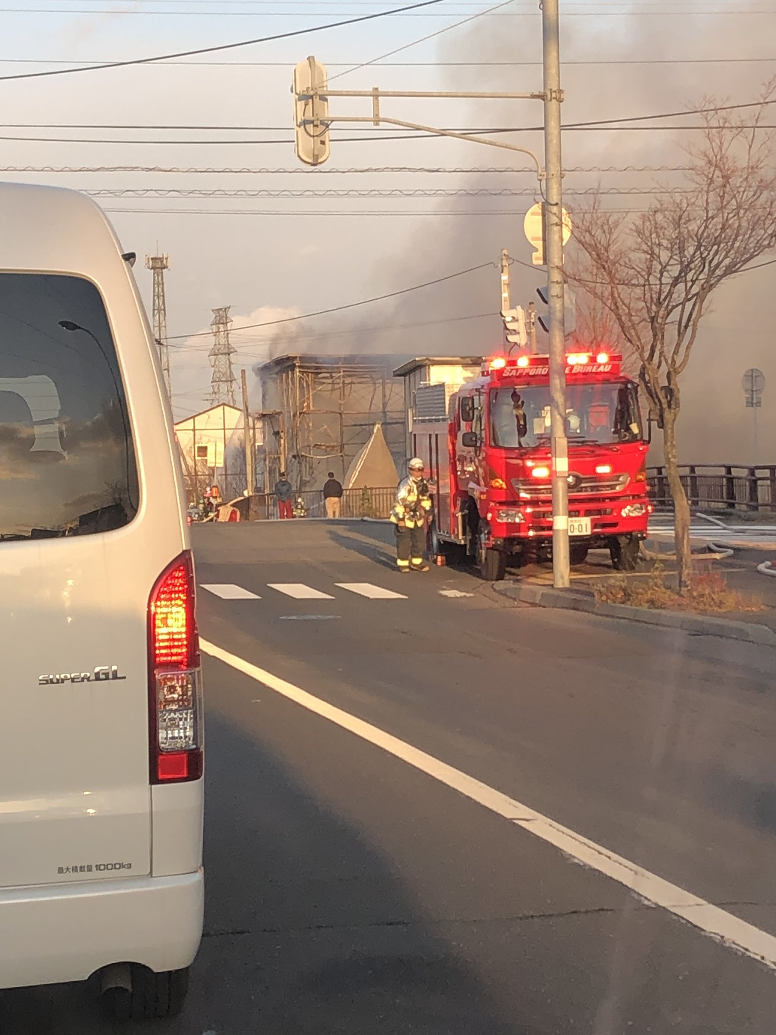 画像,東陵高校の交差点だめっちゃ火事!通行止めになってるから通る人気をつけて! https://t.co/kIBsTZghC8…