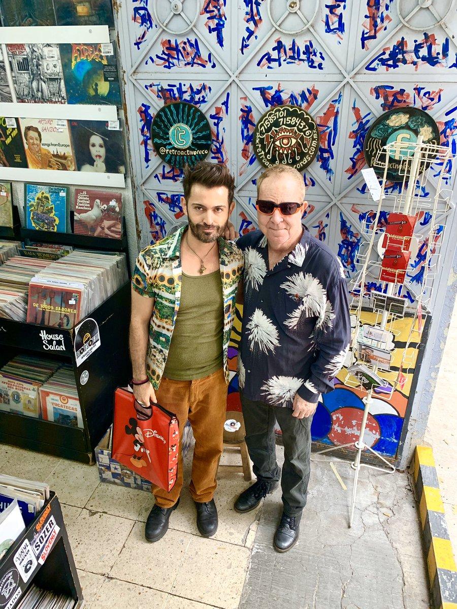 Comprando lo que más nos gusta #discos!!! Con mi amado #amigo #fredschneider @TheB52s @TheSuperions @RetroactivoRec #vinyl #recordaddict #recordcollectorpic.twitter.com/wHBJsiyBjv