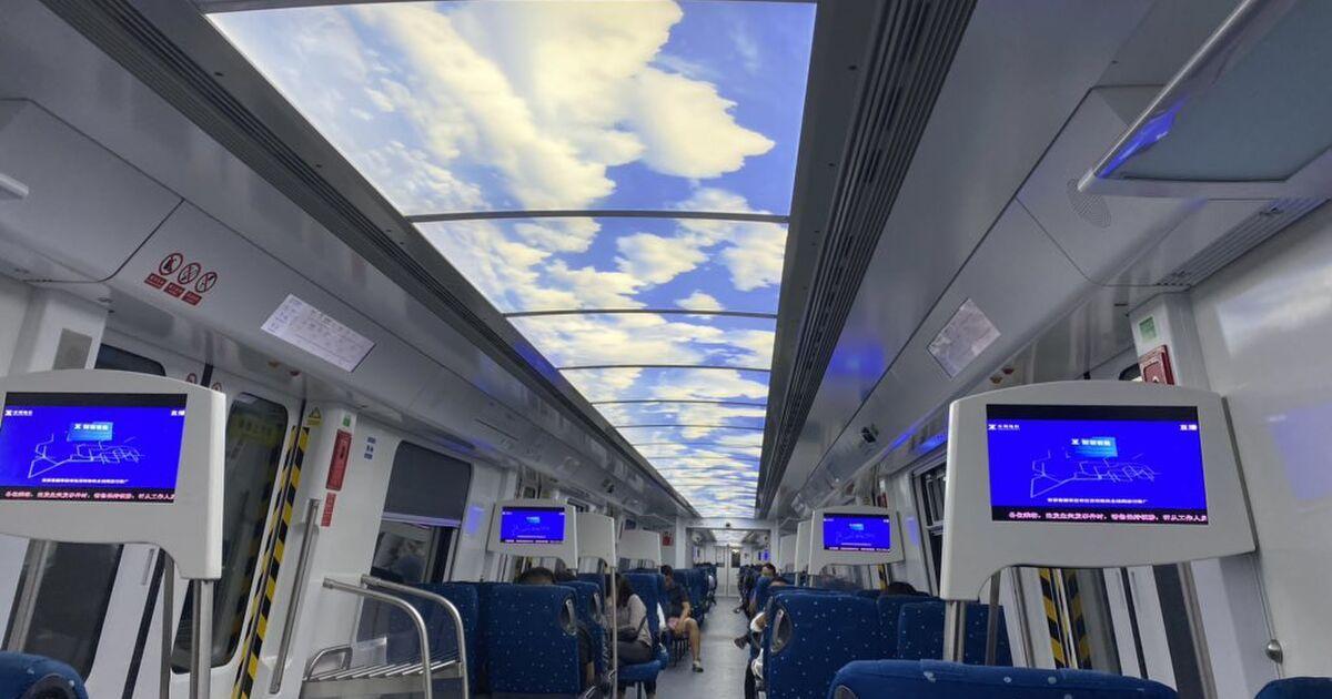 日本でも地下鉄に導入したら、ラッシュ時の殺伐が少しは緩和されるでしょうか?限度を越えた混雑だと無理かな…。/「人間は思っている以上に単純だ」中国の地下鉄は車内の天井に青空の絵が表示されているが、その効果がすごい