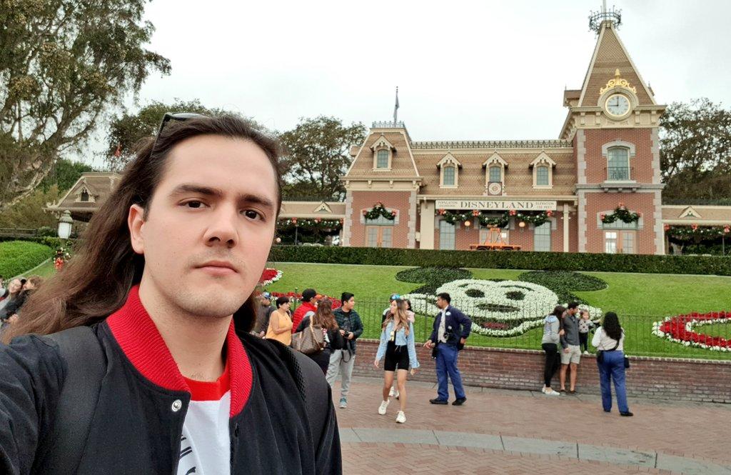 También por mi cumpleaños mi familia me llevo a Disneyland. No es la primera vez que voy, pero siempre es mágico y muy feliz el estar ahí. https://t.co/GwSty8Jmzt