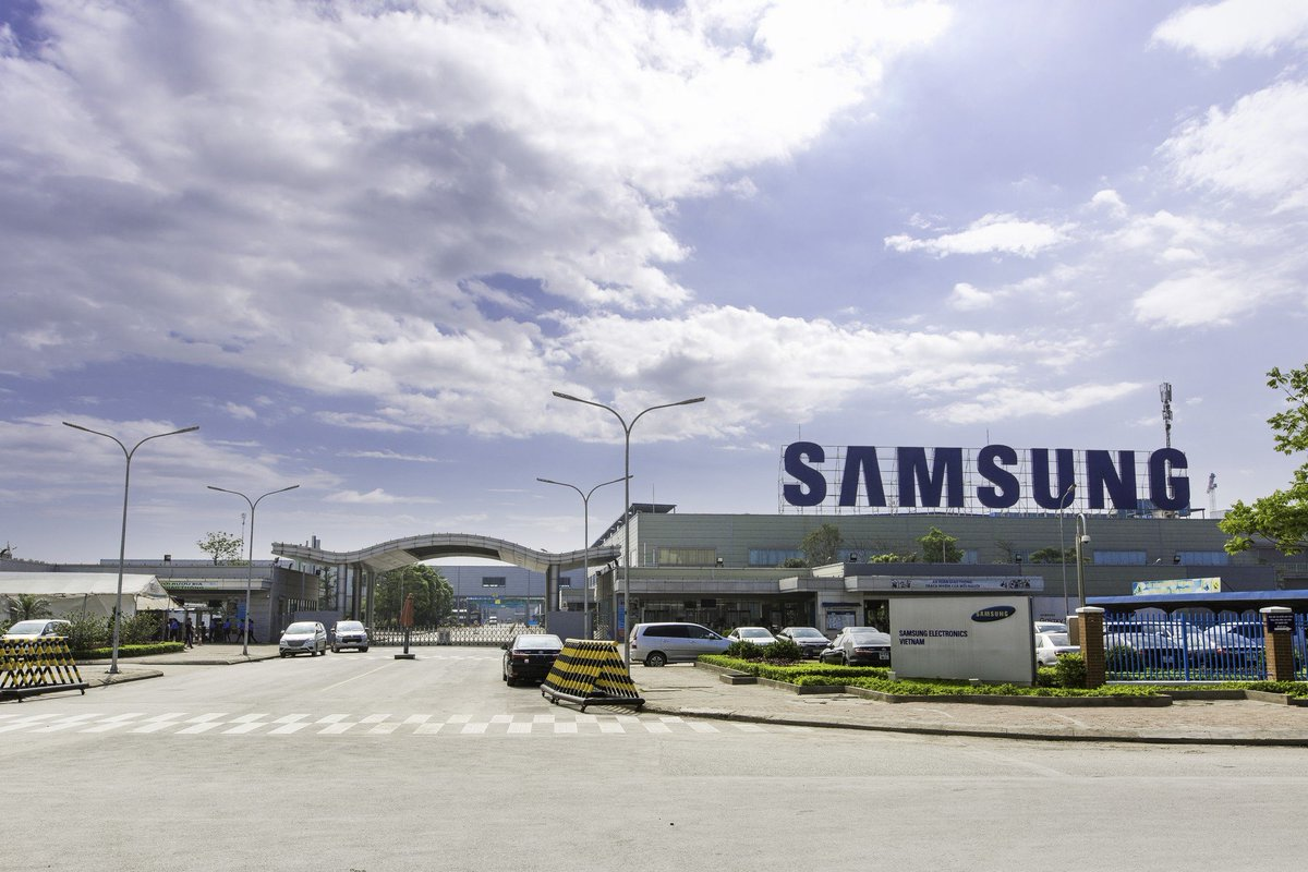 40 Vietnamese firms consulted by Samsung increase productivity by at least 70%. Besides, 60 trainees were selected to attend intensive courses in South Korea.  Photo: Samsung factory in Yen Phong industrial zone.  #METALEXVietnam #Samsung #SamsungVietnam #supportingindustriespic.twitter.com/3Js6dJJZxk